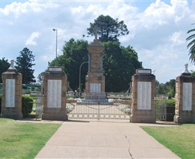 Warwick War Memorial and Gates - Port Augusta Accommodation
